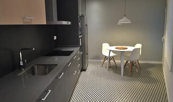 Xavier Gero Interiorismo Barcelona proyecto reforma piso detalle cocina suelo hidráulico en blanco y negro